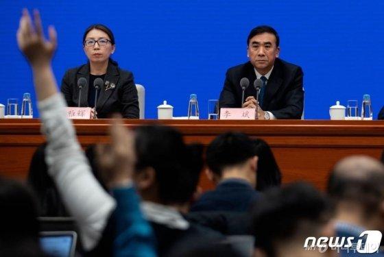 리빈(李斌) 국가위생건강위 부주임(오른쪽)이 22일 베이징에서 열린 국무원 국정홍보처 기자간담회에서 기자들로 부터 우한폐렴(신종코로나바이러스) 관련 질의를 받고 있다. 중국은 사망자가 9명으로 늘어나고 사망자가 440명으로 늘어나면서 사스성 바이러스가 변이해 확산될 수 있다고 경고했다. /사진=AFP·뉴스1