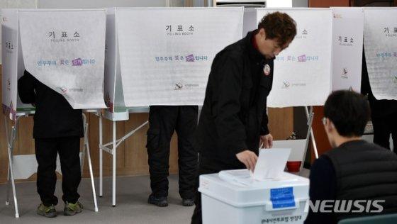 [군위=뉴시스] 이무열 기자 = 대구경북 통합신공항 이전지 결정을 위한 사전투표가 실시된 16일 오전 주민들이 경북 군위군 군위읍사무소에서 투표를 하고 있다. 2020.01.16.lmy@newsis.com