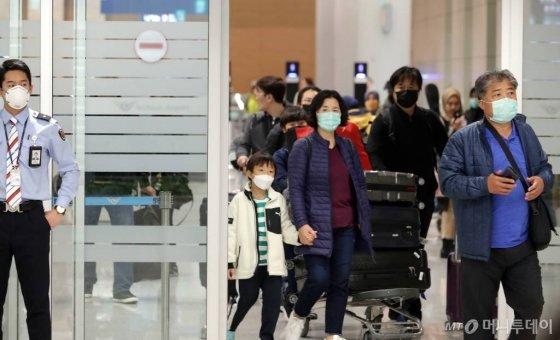 신종 코로나바이러스 감염증인 '우한 폐렴'이 전세계적으로 확산되고 있는 가운데 28일 인천국제공항 2터미널에서 마스크를 쓴 이용객들이 입국장을 빠져나오고 있다. / 사진=인천국제공항=이기범 기자 leekb@