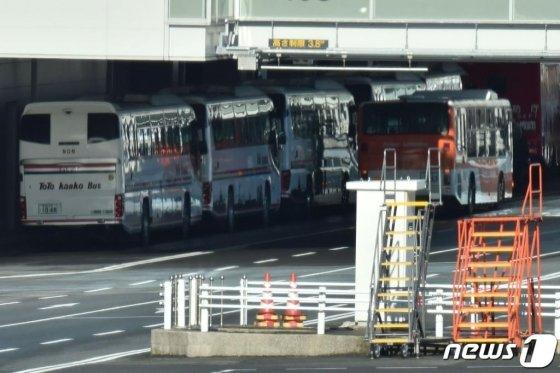 29일 (현지시간) 신종 코로나바이러스 감염증인 '우한 폐렴'으로 인해 우한에 고립된 일본인을 귀국시킬 일본 정부의 첫 전세기가 도쿄 하네다 공항에 도착하자 버스가 대기하고 있다/사진=AFP뉴스1