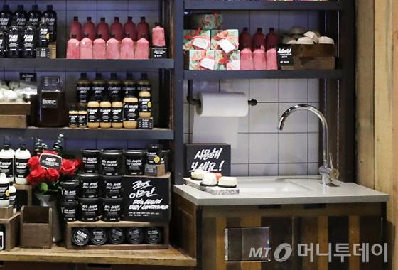 러쉬 강남역점 매장에 마련된 고객 체험용 개수대/사진제공=러쉬(LUSH)