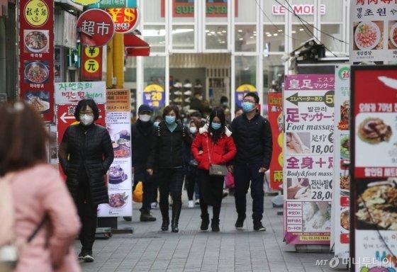 중국에서 시작된 신종 코로나바이러스 공포가 계속되고 있는 29일 오전 서울 중구 명동을 찾은 관광객들이 마스크를 착용하고 있다./사진=강민석 인턴기자