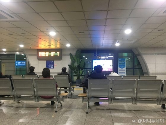 29일 천안아산역에서 열차를 기다리는 승객들이 신종 코로나바이러스 감염증(우한 폐렴) 관련 뉴스를 보고 있다. /사진=김훈남 기자