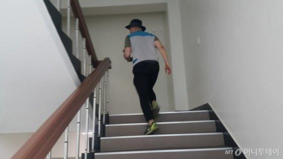 지난해 여름, 집배원 체험을 할 때 나 또한 계단을 두 걸음씩 올랐었다. 숨이 턱턱 막혔다./사진=문백남 지부장