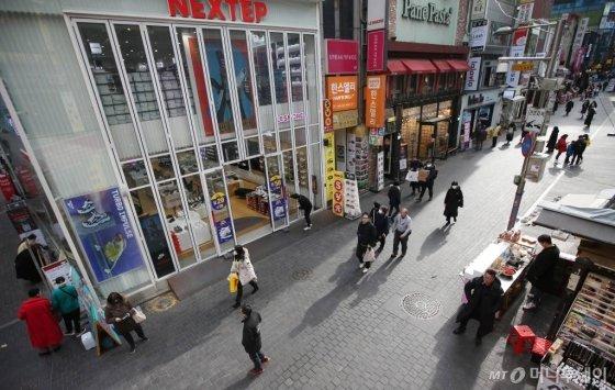 중국에서 시작된 신종 코로나바이러스 공포가 계속되고 있는 29일 오전 서울 중구 명동 거리가 한산한 모습을 보이고 있다. / 사진=강민석 인턴기자