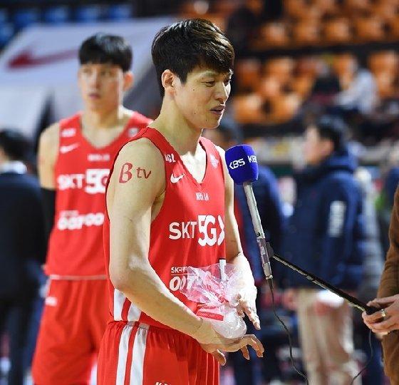 경기 후 오른쪽 손등에 아이싱을 하고 있는 SK 김선형. /사진=KBL 제공<br /> <br />