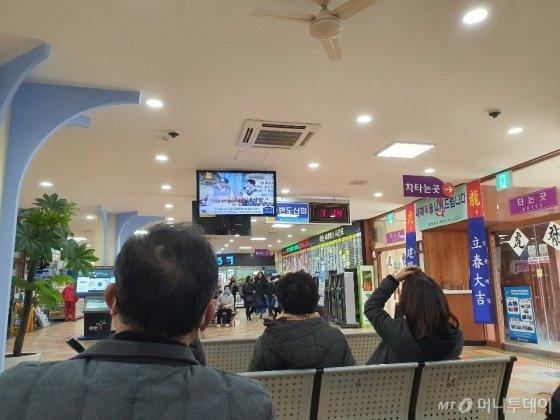 1일 태안시외버스터미널. 사람들이 마스크를 낀 채 버스 승차를 기다리고 있다. /사진=정경훈 기자
