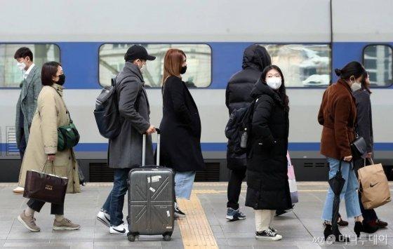 설 연휴 마지막 날인 27일 중구 서울역에서 마스크를 쓴 귀경객들이 집으로 향하고 있다. / 사진=이기범 기자 leekb@