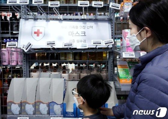 국내 우한 폐렴(신종 코로나바이러스) 네 번째 확진 환자가 발생하면서 국민들의 불안감이 높아지고 있는 지난달 27일 서울 시내 대형마트 마스크 판매대가 품절로 텅 비어 있다. 마스크를 구매하기 위해 마트를 찾은 가족이 텅 빈 매대를 바라보고 있다. 2020.1.27/뉴스1 © News1 박정호 기자