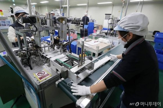 화성 에프티이앤이 마스크 공장에서 마스크가 생산되고 있다. 2020-01-29  / 사진=김창현 기자 chmt@