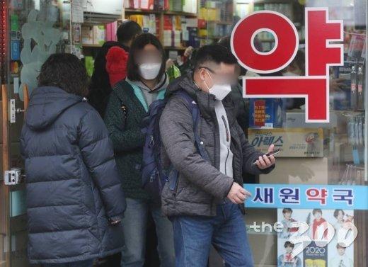 중국에서 시작된 신종 코로나바이러스 공포가 계속되고 있는 29일 오전 서울 중구 명동의 한 약국에 방역마스크를 사기 위한 관광객들이 줄을 서 있다.