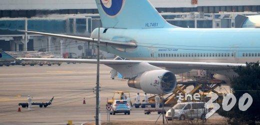 31일 오전 중국 우한교민들이 대한항공 전세기편을 이용해 김포국제공항에 도착한 가운데 항공관련종사자들이 방호복을 착용한 채 작업을 하고 있다.