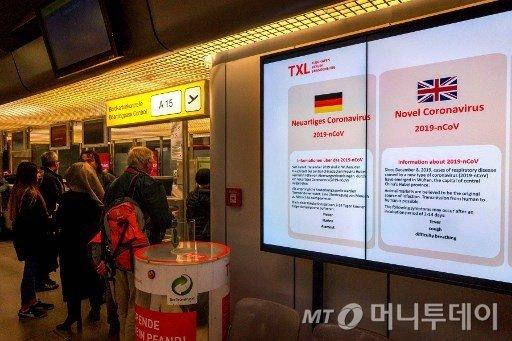 지난달 29일 독일 베를린 테겔공항에 신종 코로나 관련 전자 경고문이 붙어 있다./사진=AFP