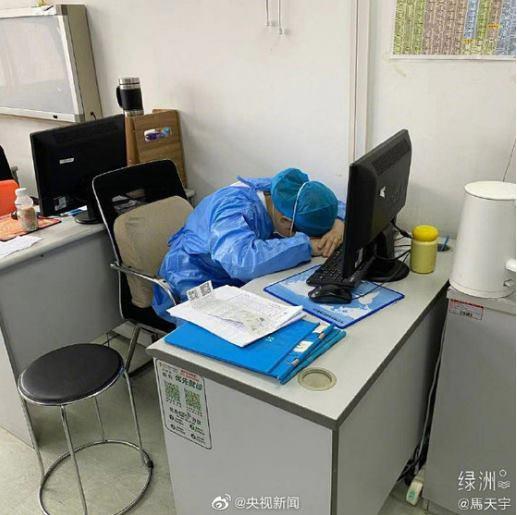 신종 코로나 바이러스 감염증 대응 중 잠을 청하고 있는 중국 의료진들의 모습/사진=중국 양스신문 웨이보, 뉴스1