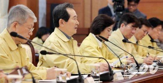 정세균 국무총리(왼쪽 2번째)가 2일 오후 서울 종로구 정부서울청사에서 열린 '신종 코로나바이러스 감염증 대응 확대 회의'에 참석해 모두발언을 하고 있다.