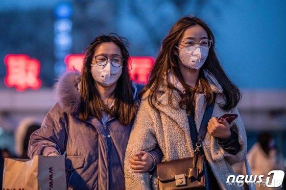 22일 (현지시간) 신종 코로나바이러스인 우한 폐렴의 감염을 막기 위해 시민들이 마스크를 쓴 채 베이징 지하철 역을 나오고 있다.   /베이징 AFP=뉴스1