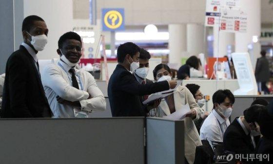 신종 코로나바이러스 감염증(우한 폐렴)의 확산이 이어지는 가운데 2일 인천국제공항 제2여객터미널에서 외국인들이 마스크를 쓰고 있다. 2020.02.02./사진=뉴시스