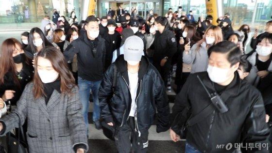 [영상]NCT DREAM '무질서 팬들에 넘어질뻔'