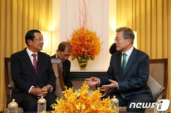 캄보디아를 국빈 방문한 문재인 대통령이 14일 오후(현지시간) 캄보디아 프놈펜 숙소 호텔에서 훈센 총리와 친교 만찬을 하기 앞서 환담을 나누고 있다. (청와대 제공) 2019.3.15/뉴스1