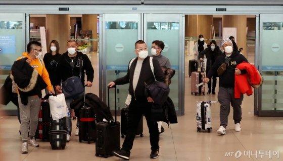 신종 코로나바이러스 감염증이 확산되고 있는 가운데 4일 인천국제공항 제1터미널에서 마스크를 쓴 여행객들이 입국장을 빠져 나오고 있다. / 사진=이기범 기자 leekb@