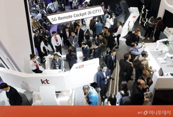 지난해 2월25일(현지시간) 스페인 바르셀로나 피아그란비아 전시장에서 열린 모바일전시회 MWC19(모바일 월드 콩그레스)에서 관람객들이 KT 부스를 둘러보고 있다. / 20190225 바르셀로나 = 사진공동취재단 뉴시스 최동준 / 사진=사진공동취재단