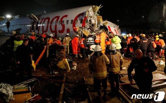 페가수스항공 보잉 737-86J 여객기가 터키 이스탄불 사비하 괵첸 국제공항에 경착륙하며 세 동강이 났다. © 로이터=뉴스1