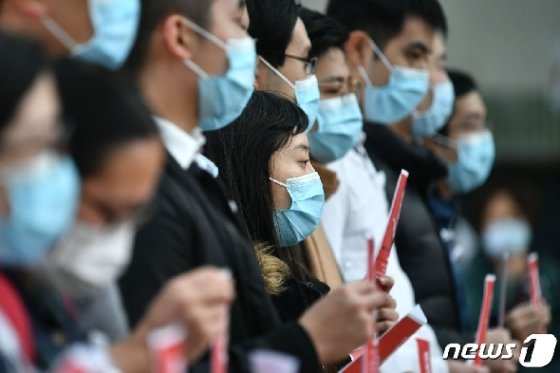 3일(현지시간) 홍콩 의료인들이 퀸 메리 병원 부근에서 신종 코로나바이러스감염증 확산을 막기 위해 중국 접경지역을 봉쇄할 것을 요구하며 파업을 벌이고 있다. © AFP=뉴스1 © News1 우동명 기자