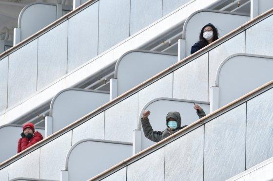크루즈 안에 해상 격리된 승객들. /사진=AFP