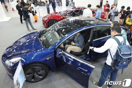 (대구=뉴스1) 공정식 기자 = 17일 대구 북구 엑스코(EXCO)에서 개막한 '대구 국제 미래자동차 엑스포(DIFA) 2019'를 찾은 시민들이 테슬라의 보급형 전기차 '모델 3'를 살펴보고 있다. 세계 26개국 271개 완성차 및 부품 업체들이 참가해 전시회를 비롯해 포럼과 수출상담회를 진행하는 이번 미래자동차엑스포는 20일까지 계속된다. 2019.10.17/뉴스1  <저작권자 © 뉴스1코리아, 무단전재 및 재배포 금지>