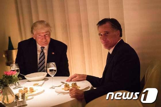 지난 2016년 12월, 당시 당선인 신분이던 도널드 트럼프 대통령과 미트 롬니가 뉴욕의 한 레스토랑에서 만찬회동을 하는 모습. 두 사람은 이 때까지만 해도 사이가 좋았다. © AFP=뉴스1