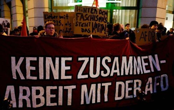 """5일(현지시간) 독일 튀링겐주 FDP 당사 앞에 시민들이 모여 """"AfD와 협력하지 말라""""는 내용의 플래카드를 들고 시위하고 있다/사진=AFP"""