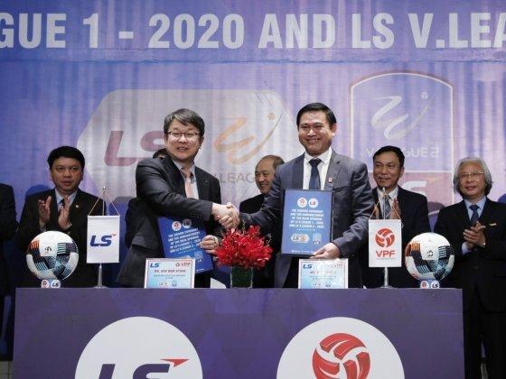 지난 6일 베트남 프로축구 'LS V. 리그 1–2020' 후원계약 체결식에서 안원형 ㈜LS 부사장(왼쪽)과 쩐 아잉 뚜 VPF 회장이 악수를 하고 있다. /사진제공=LS