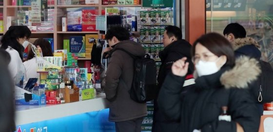 신종 코로나바이러스 감영증(우한 폐렴) 확산 우려가 이어지는 가운데 5일 오전 서울 시내의 한 약국에서 시민들이 마스크를 구매하고 있다. / 사진=김창현 기자 chmt@