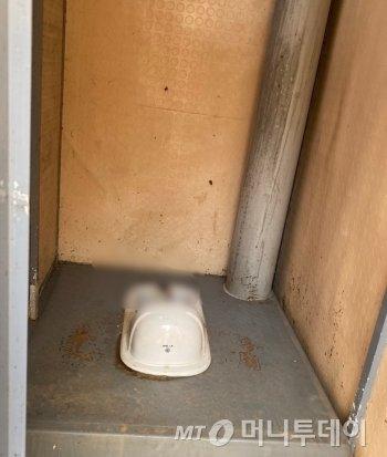 한 동네근린공원 화장실 내부 모습. 개선했다던 공약과 달리, 열악해보였다./사진=남형도 기자