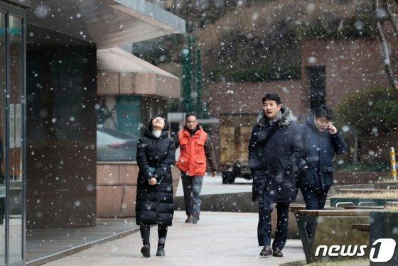 절기상 입춘(立春)인 지난 4일 서울 중구 명동거리에서 시민들이 내리는 눈을 맞으며 발걸음을 재촉하고 있다./사진=뉴스1