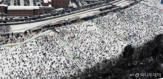 강원 화천군 화천천에서 열린 산천어축제에 2013년 1월13일 주말에만 30여만명의 관광객이 몰려 얼음낚시를 즐겼다./사진=뉴스1