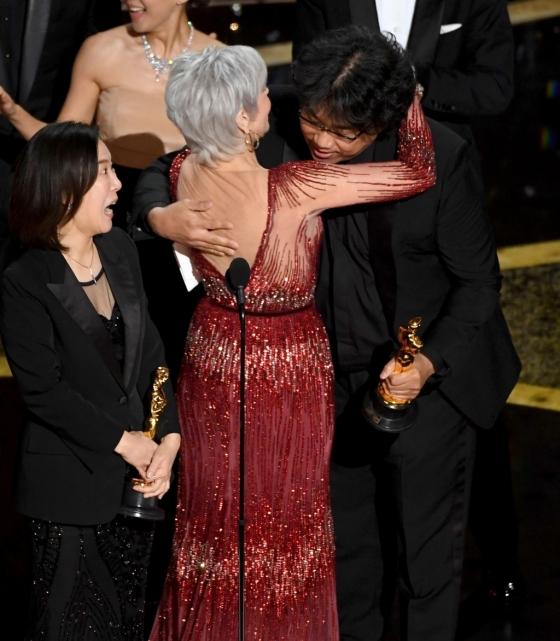 2020 아카데미 시상식의 최우수작품상을 받은 영화 '기생충'의 봉준호 감독과 포옹하는 배우 제인 폰다/AFPNews=뉴스1