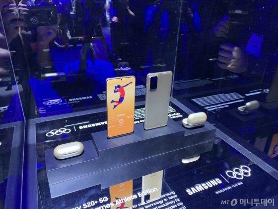 삼성전자 갤럭시 언팩 행사장 체험존에 전시된 '갤럭시S20+ 5G' 도쿄올림픽 기념 특별판. /사진=박효주