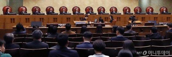 김명수 대법원장을 비롯한 법관들이 지난해 2월 21일 오후 서울 서초구 대법원에서 열린 육체노동자의 정년을 기존 60세에서 65세로 상향 조정해야 한다는 대법원 전원합의체 판결을 내놨다. / 사진=홍봉진 기자 honggga@
