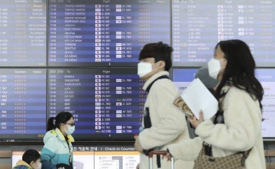 신종 코로나바이러스 감염증(우한 폐렴)의 확산이 이어지는 가운데 지난 2일 인천국제공항 제2여객터미널에서 이용객들이 마스크를 쓰고 있다. /사진=뉴시스