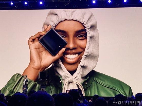 삼성전자가 11일 미국 샌프란시스코에서 '갤럭시 언팩 2020' 행사를 열고 화면을 위아래로 접을 수 있는 두번째 폴더블폰 '갤럭시Z 플립'과 DSLR(전문가급카메라) 카메라 기능에 필적하는 '갤럭시S20' 시리즈를 발표했다. 사진은 갤럭시Z 플립을 시연하고 있는 장면. /사진=박효주 기자.