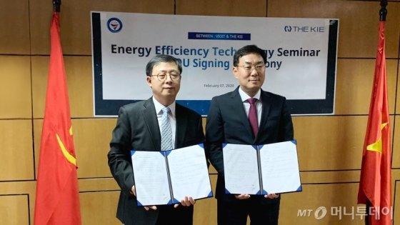 베트남 지티윌(GT WILL)과 '통합에너지 관리시스템' 구축 계약을 체결한 조정훈 KBeT 원장(오른쪽).