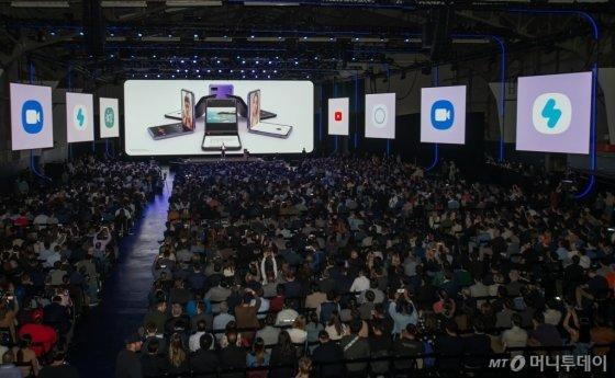 11일(현지시간) 미국 샌프란시스코에서 진행된 '삼성 갤럭시 언팩 2020'에서 참관객들이 갤럭시Z플립 소개영상을 관람하고 있다. /사진=삼성전자