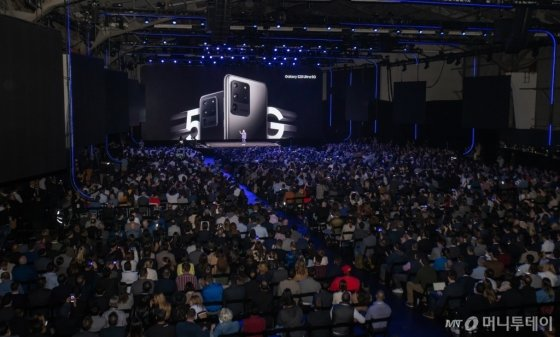 11일(현지시간) 미국 샌프란시스코에서 진행된 '삼성 갤럭시 언팩 2020'에서 참관객들이 갤럭시S20의 카메라 기능에대한 설명을 듣고 있다.  /사진=삼성전자