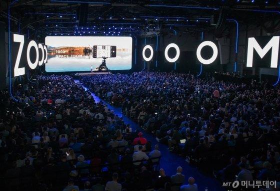 11일(현지시간) 미국 샌프란시스코에서 진행된 '삼성 갤럭시 언팩 2020'에서 참관객들이 갤럭시S20의 스페이스줌에대한 설명을 듣고있다.  /사진=삼성전자