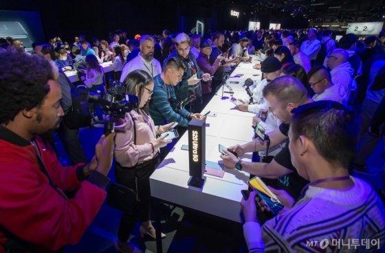 11일(현지시간) 미국 샌프란시스코에서 진행된 '삼성 갤럭시 언팩 2020' 체험존에서 참관객들이 갤럭시S20과 갤럭시Z플립을 만져보고 있다. /사진=삼성전자