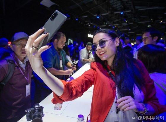 11일(현지시간) 미국 샌프란시스코에서 진행된 '삼성 갤럭시 언팩 2020' 체험존에서 참관객들이 갤럭시S20의 카메라 기능을 체험하고 있다.  /사진=삼성전자