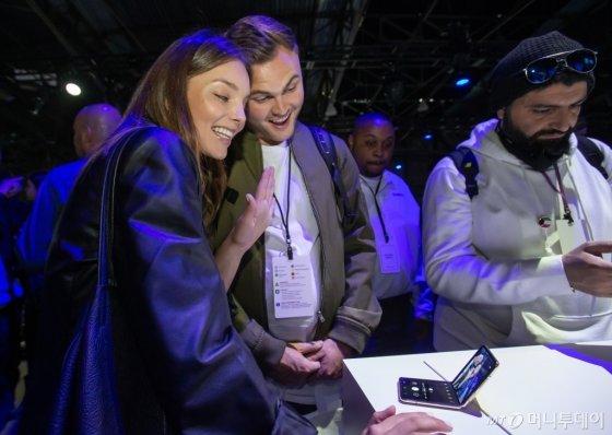 11일(현지시간) 미국 샌프란시스코에서 진행된 '삼성 갤럭시 언팩 2020' 체험존에서 참관객들이 갤럭시Z플립으로 셀카를 찍어보고 있다.  /사진=삼성전자
