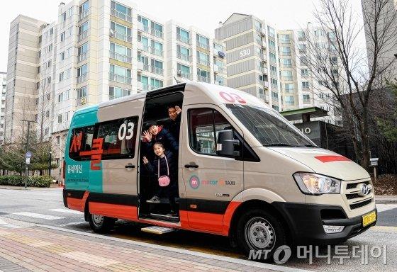 현대자동차는 KST모빌리티와 14일 서울 은평뉴타운에서 커뮤니티형 모빌리티 서비스 '셔클(Shucle)'의 시범 운영을 시작한다고 13일 밝혔다. 셔클 서비스에 사용되는 승합차 전경. /사진제공=현대자동차