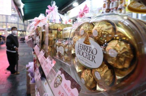 발렌타인데이가 이틀 남은 12일 오후 서울 중구 명동의 한 편의점에 초콜릿 상품이 진열되어 있다./사진=뉴시스